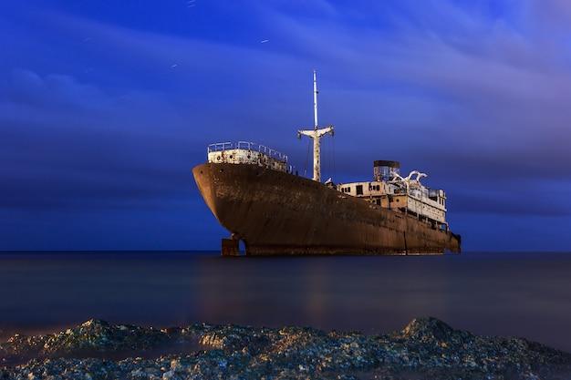 Barco oxidado por la noche