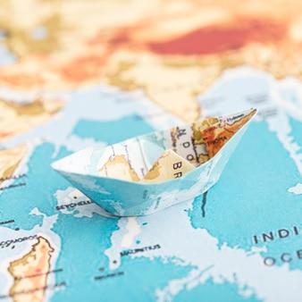 Barco de papel de alto ángulo en el mapa