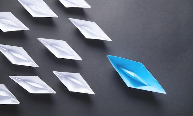 Barco de papel azul y blanco. concepto de liderazgo