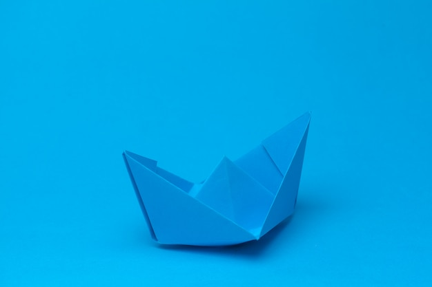 Barco de papel origami en azul