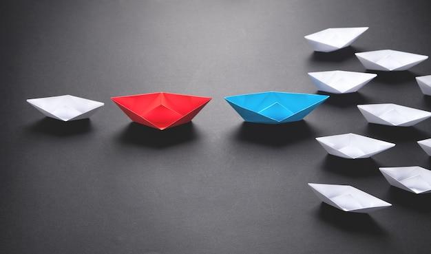 Barco de papel rojo y blanco. concepto de liderazgo