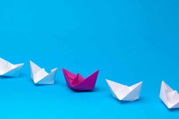 Barco de papel rojo ganador