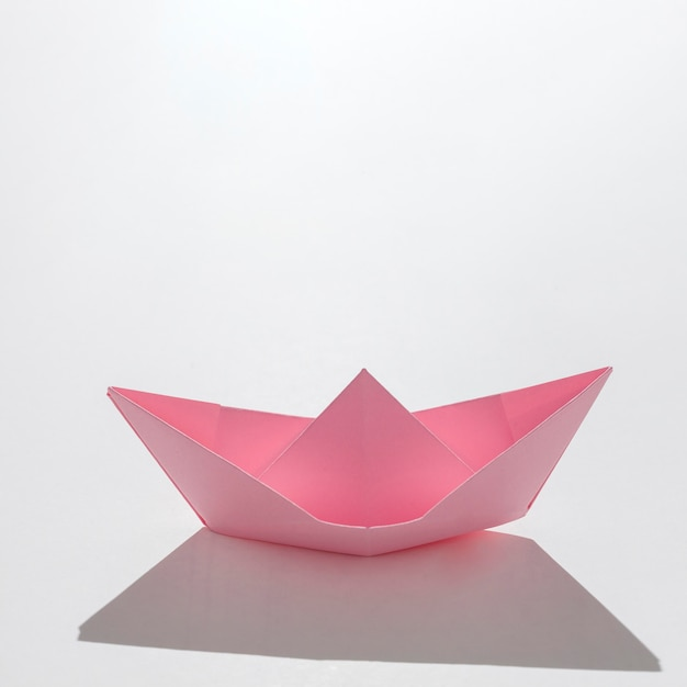 Barco de papel rosa de alto ángulo