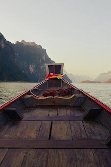 Barco de pasajeros en el lago cheow lan en el parque nacional khao sok tailandia postal poster wallpaper