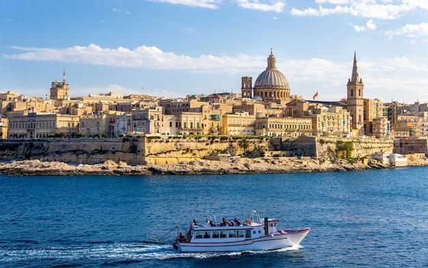 Barco de pasajeros pasando marsamxett harbour en malta