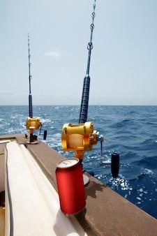 Barco de pesca con caña y carretes de oro, bebida africana.
