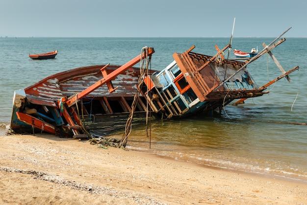 Barco de pesca se estrelló se encuentra en su lado