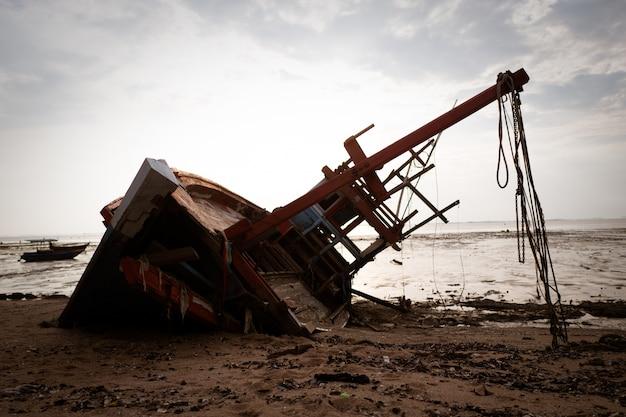 Barco de pesca local y la puesta de sol del mar
