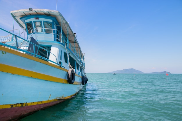 Barco de pesca de madera viejo en el mar.