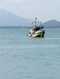 Barco de pesca en el mar tailandia