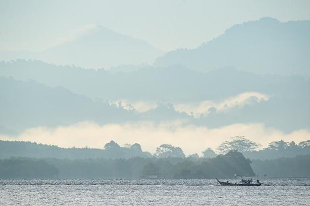 Barco de pesca en las montañas y el mar