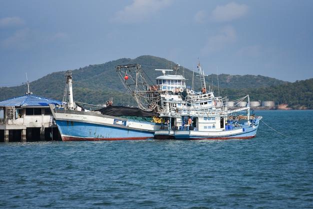 Barco de pesca en el puerto en el mar océano