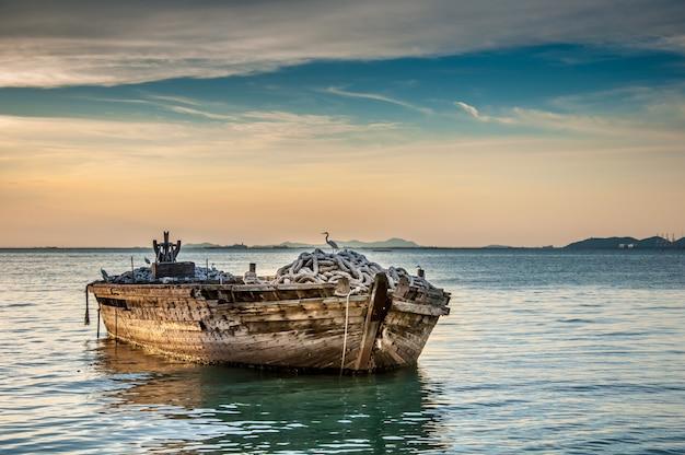Barco de pesca en puesta de sol
