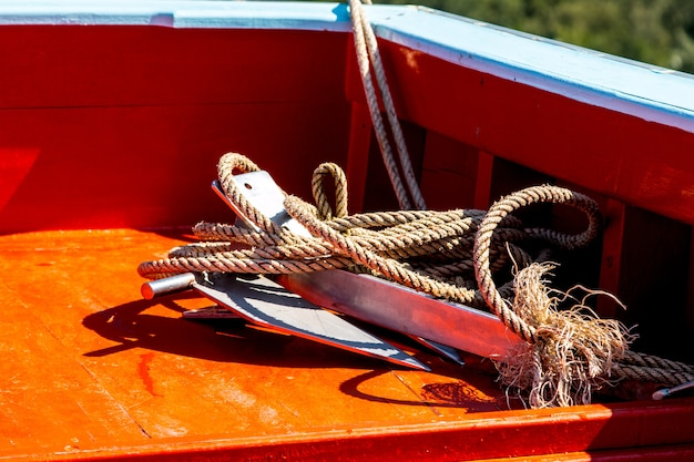 Barco de pesca tailandés utilizado como un vehículo para encontrar peces en el mar