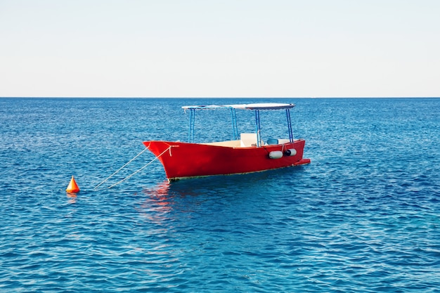 Barco de pesca vacío en mar turquesa