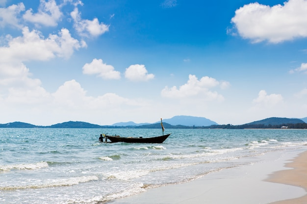 Barco de pescadores en el mar