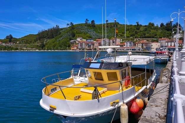 Barco pesquero del puerto de ribadesella en asturias españa