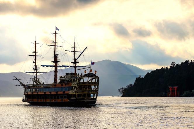 Barco pirata de visita en el lago ashi con puerta torii del santuario de hakone
