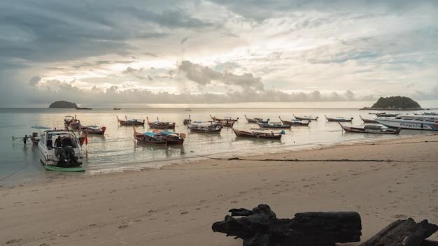 Barco en la playa de arena blanca isla de lipe en la provincia de satun tailandia