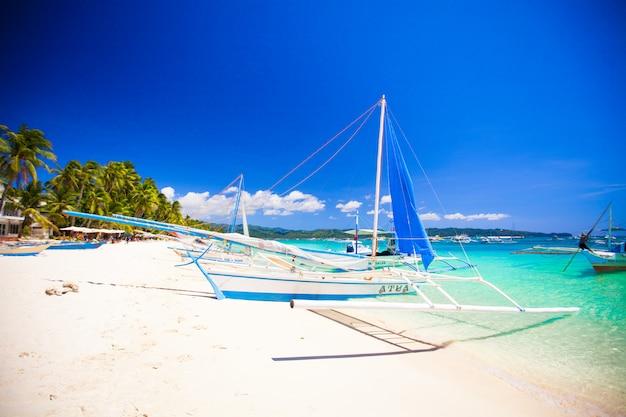 Barco en la playa de belleza con agua turquesa