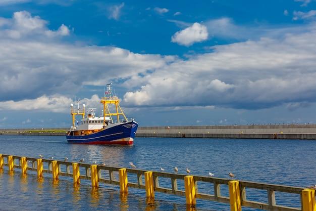 Barco en el puerto marítimo, gdynia, báltico, polonia
