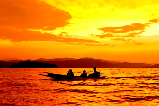 Barco en puestas de sol sobre el mar.