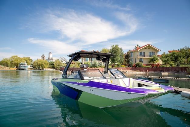 Barco de recreo en el agua en un día soleado de verano