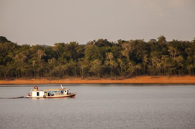 Barco en el río amazonas
