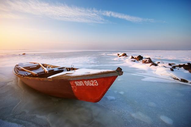 Barco rojo en puesta de sol