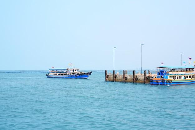 El barco de transporte con gente en el mar.