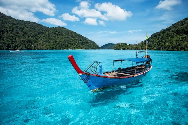 Barco turístico de cola larga en el mar en la isla de surin, tailandia
