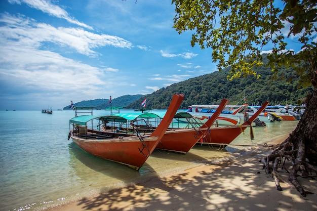 Barco turístico de cola larga en la playa en la isla de surin, tailandia