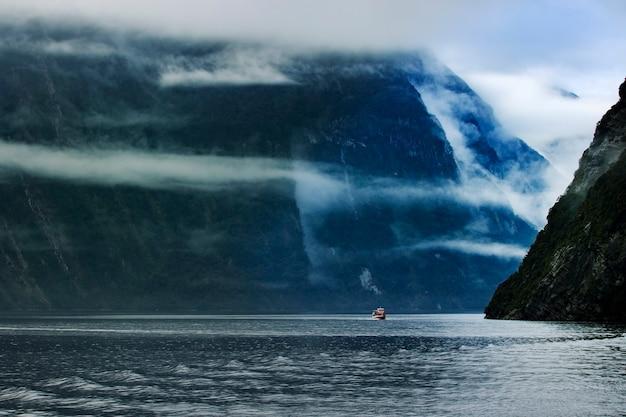 Barco turístico de crucero en el parque nacional de milford sound fjordland southland nueva zelanda