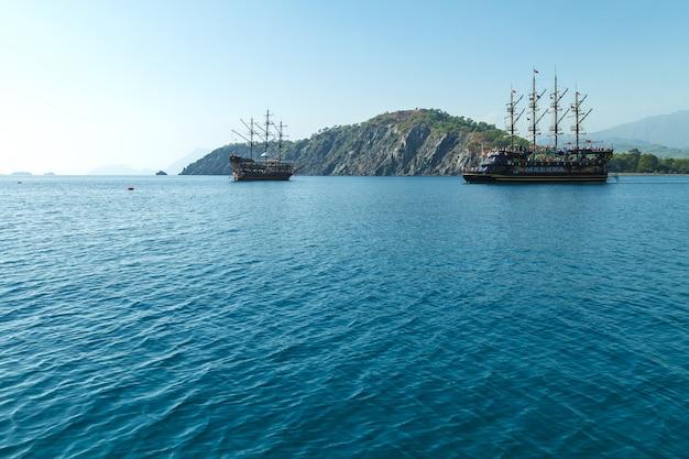 Barco turístico pirata de placer en el mediterráneo.