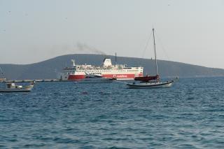 Barco de vapor y pequeñas embarcaciones