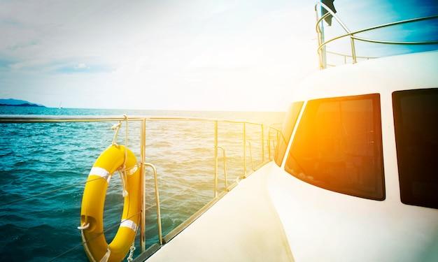 Barco de vela de deslizamiento en mar abierto al atardecer