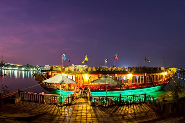 Barco viejo en el tiempo de la salida del sol. provincia de hue. vietnam