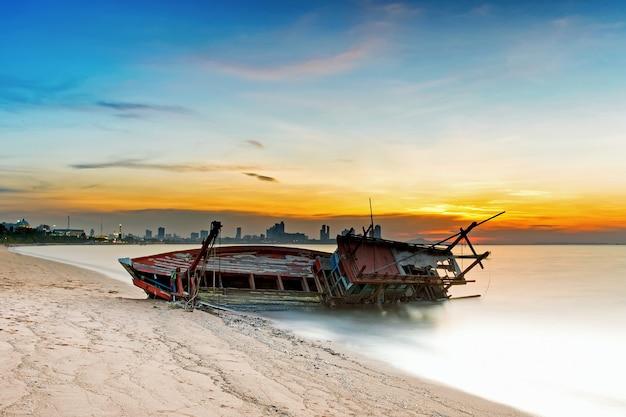 Barco volcado en la ciudad de pattaya