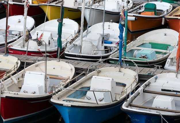 Barcos amarrados en el puerto