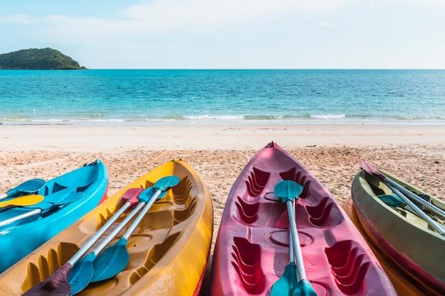 Barcos de colores en la orilla del mar