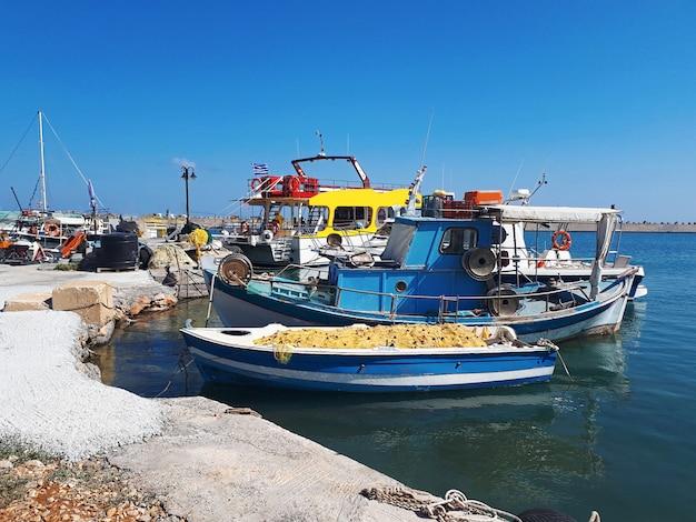 Barcos estacionados en la isla de creta