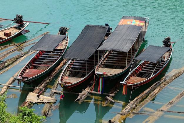 Barcos estacionados en el puerto en el mar