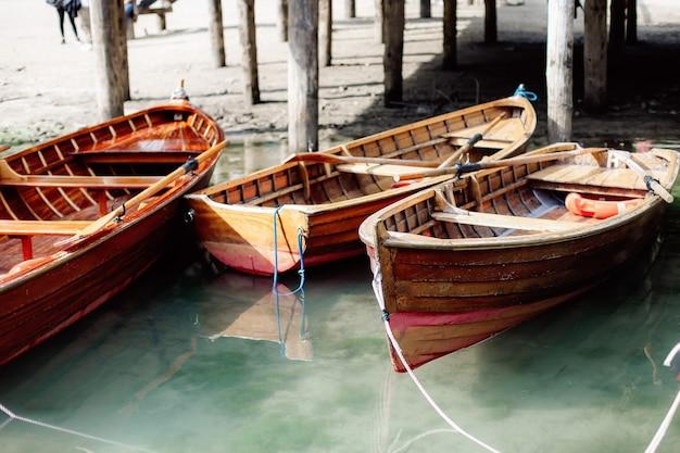 Barcos flotando en el lago