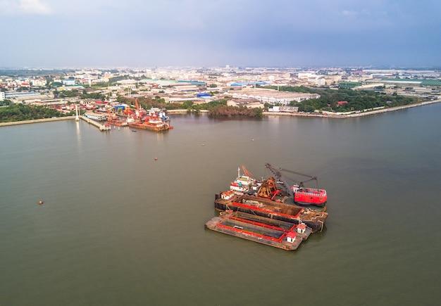 Barcos grúa y la zona industrial