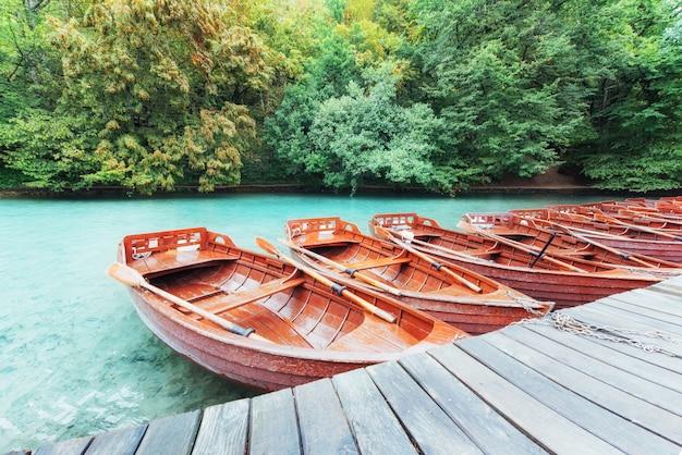 Barcos de madera en los lagos de plitvice en croacia