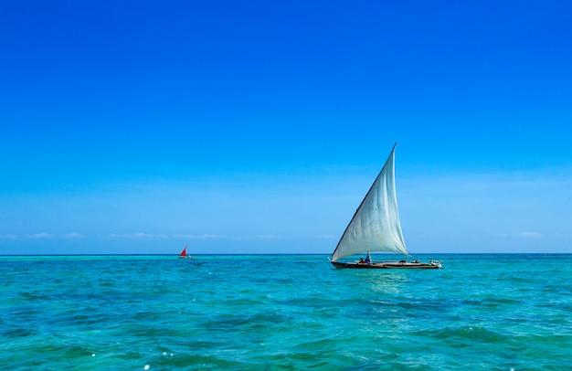 Barcos en el mar, playa de zanzíbar