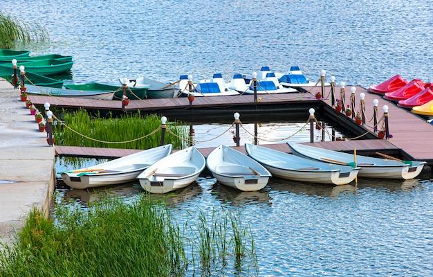 Los barcos en el muelle de la estación de barcos.