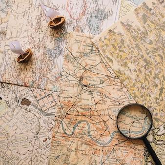 Barcos de nutshell y lupa en los mapas