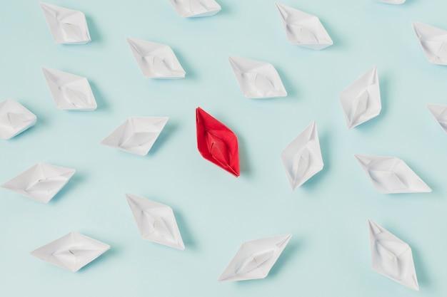 Barcos de origami representando el concepto de liderazgo