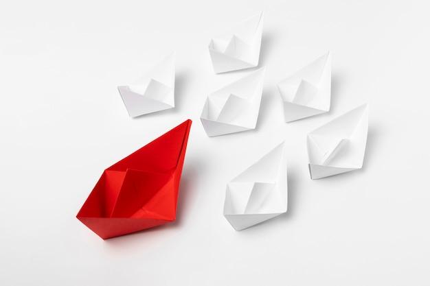 Barcos de papel blanco y rojo de alto ángulo
